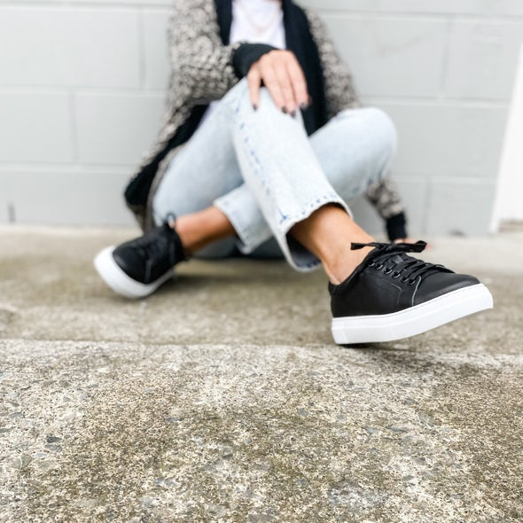 Angle Image for Roddy Leather Lace-up Sneaker